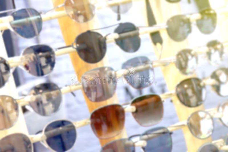Vidros borrados, borrão ótico da loja dos monóculos, eyewear da forma no borrão do mercado da noite, vidros coloridos, vidros na  fotos de stock royalty free