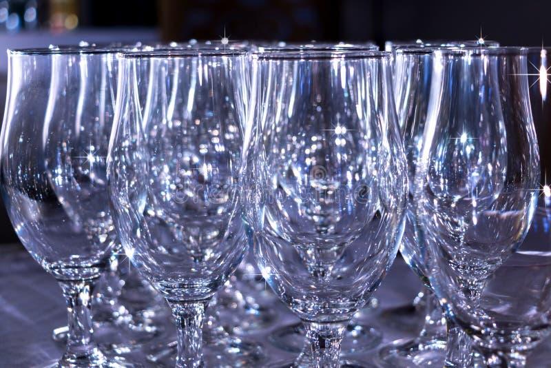 Vidros brancos brilhantes vazios na barra imagem de stock royalty free