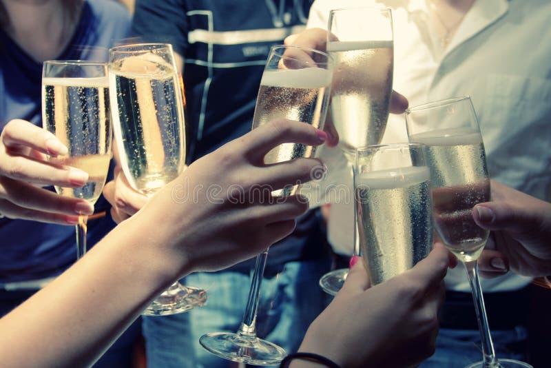 Vidros Clinked do champanhe fotografia de stock
