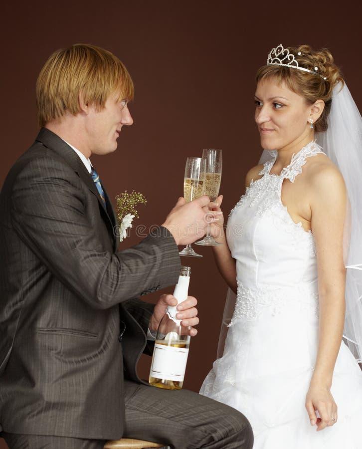 Vidros clinking bebendo do champanhe do Newlywed fotografia de stock royalty free