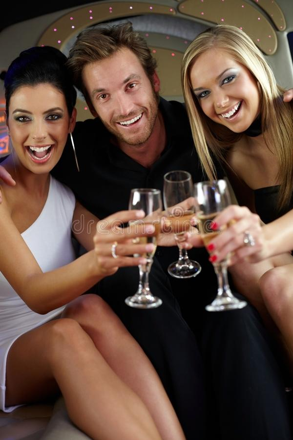 Vidros clinking da companhia feliz foto de stock royalty free