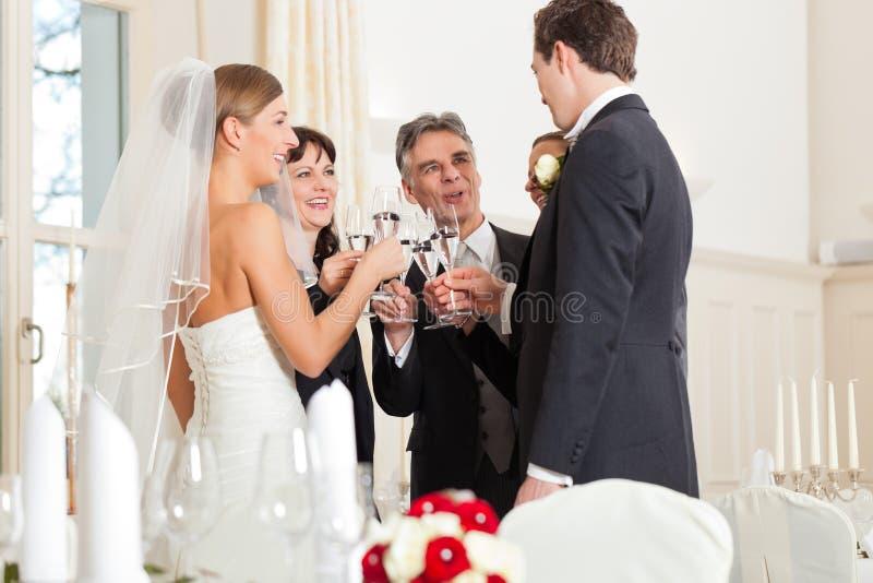 Vidros clinking do banquete de casamento imagem de stock royalty free