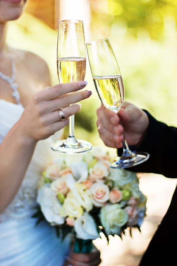 Vidros clinking dos noivos no casamento-dia imagens de stock royalty free