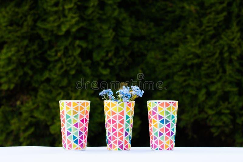 Vidros coloridos brilhantes, pratos para um piquenique, vidros do verão Copie o espa?o fotos de stock