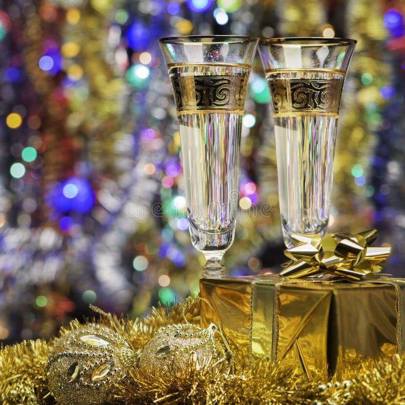 Download Vidros Com Champanhe E Um Presente Foto de Stock - Imagem de brilhante, cristal: 26502880