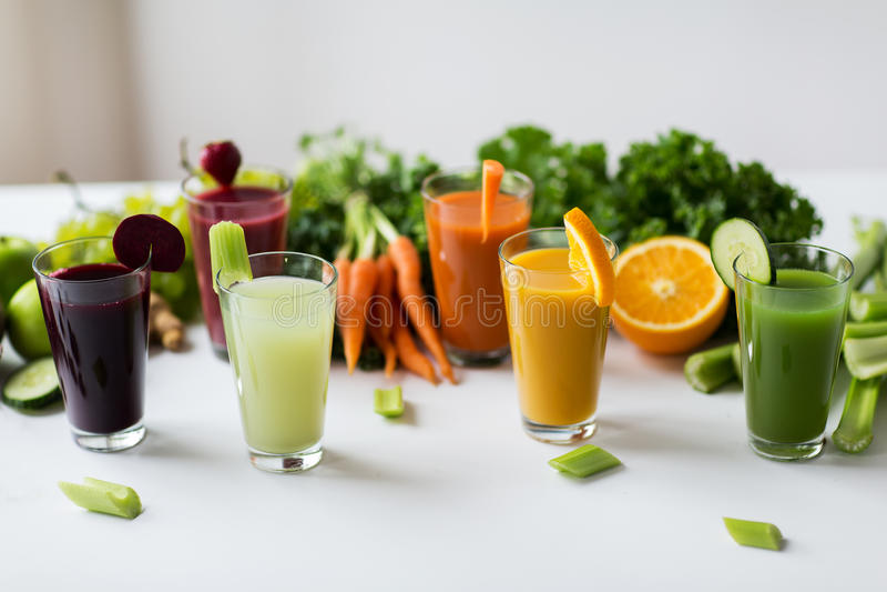 Vidros com fruto diferente ou sucos vegetais fotografia de stock