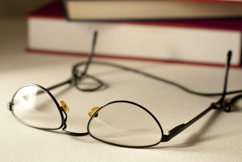 Vidros com livros foto de stock