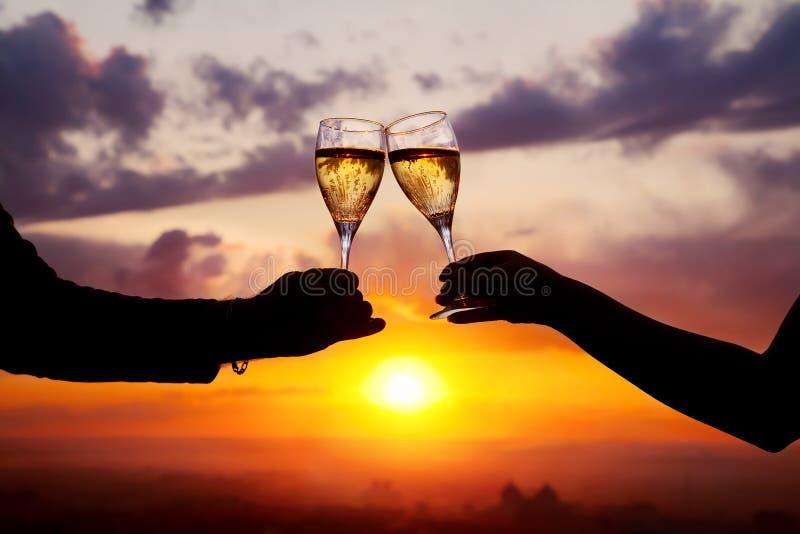 Vidros com os champers no por do sol imagens de stock royalty free