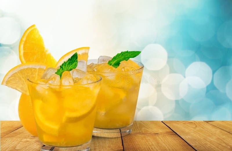 Vidros com os cocktail com o limão no borrado imagens de stock royalty free