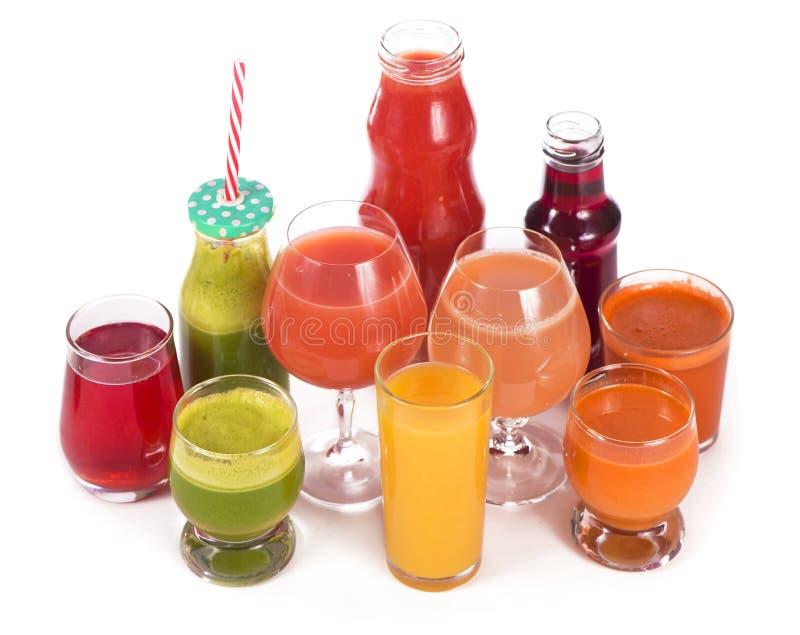 Vidros com os sucos orgânicos frescos do vegetal e de fruto isolados no branco foto de stock