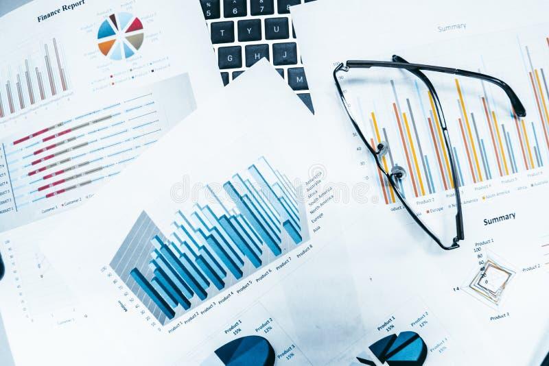 Vidros com relatório dos gráficos e das cartas de negócio imagens de stock royalty free