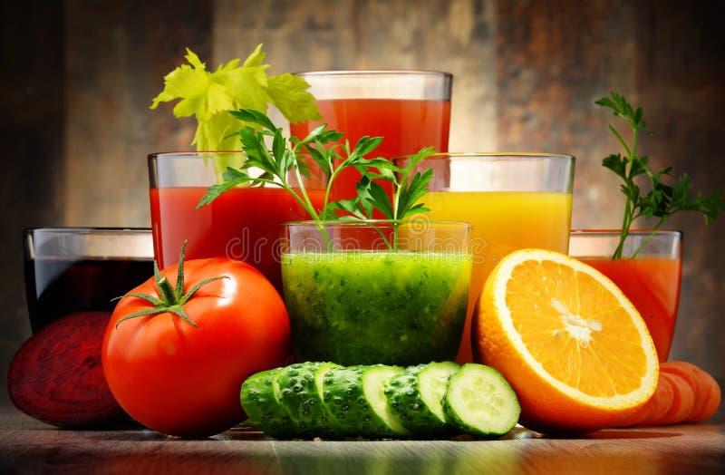 Vidros com sucos orgânicos frescos do vegetal e de fruto fotos de stock royalty free
