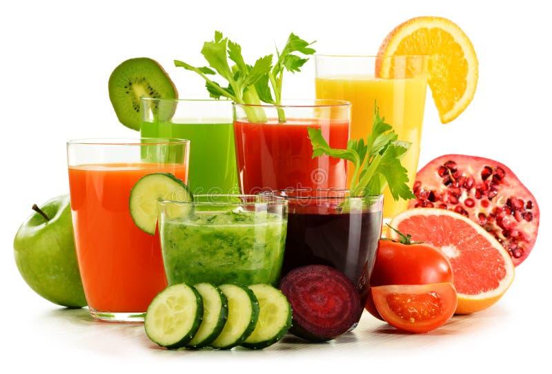 Vidros com sucos orgânicos frescos do vegetal e de fruto no branco fotografia de stock