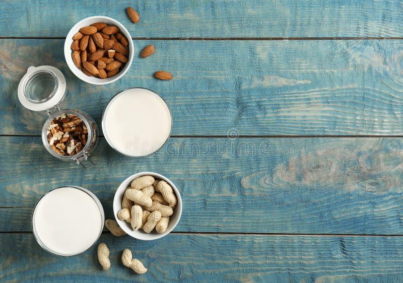 Vidros com tipos diferentes de leite e de porcas imagens de stock