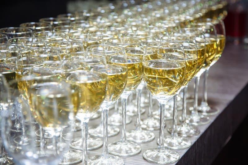 Vidros com um vinho branco delicioso fresco na barra Fundo do álcool foto de stock
