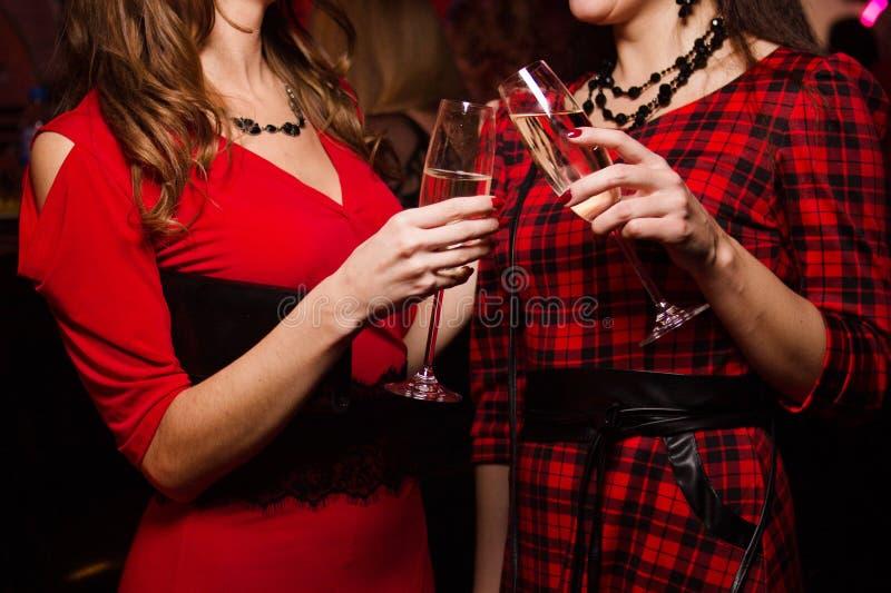 Vidros com vinho, no mãos imagem de stock royalty free