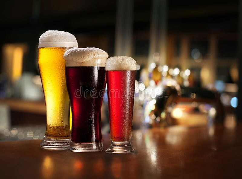Vidros da cerveja clara e escura. imagens de stock