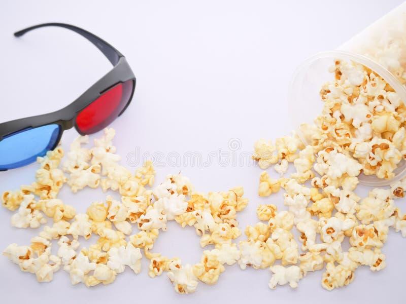Vidros da pipoca branca e de um filme 3d no pano branco fotografia de stock