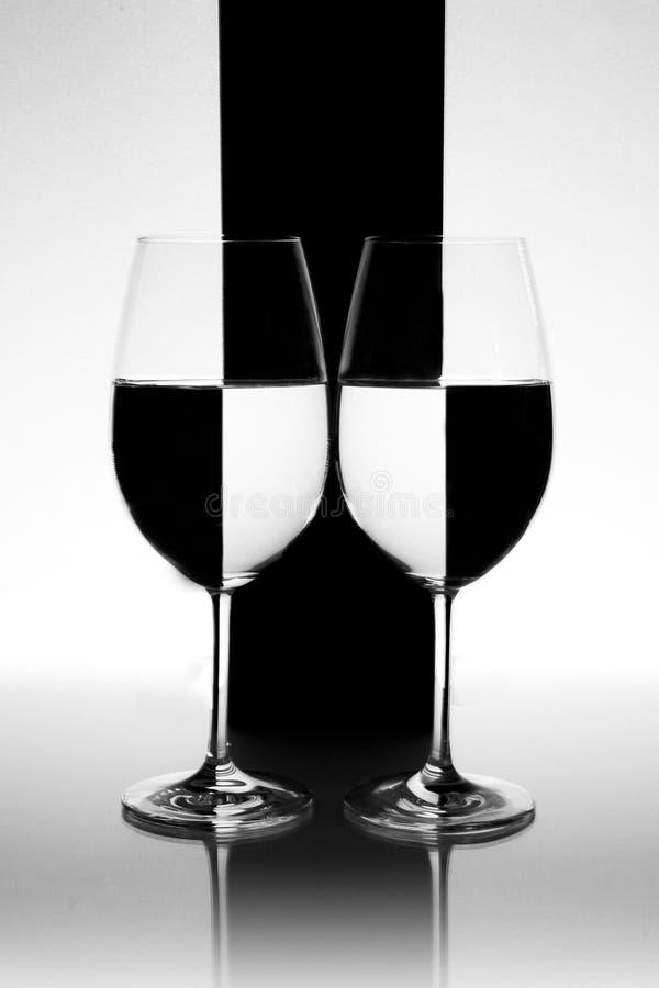 Vidros de água preto e branco invertidos foto de stock royalty free