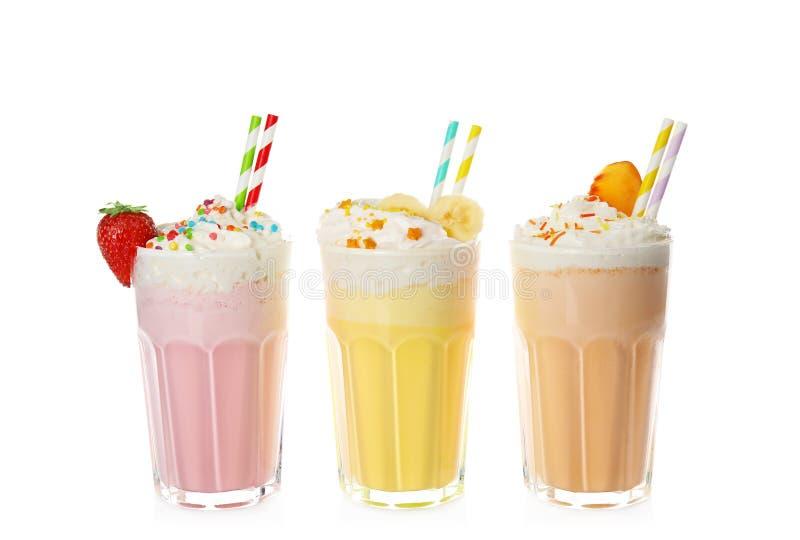 Vidros de agitações de leite saborosos imagens de stock