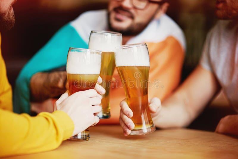 Vidros de cerveja do tinido no bar irlandês foto de stock royalty free