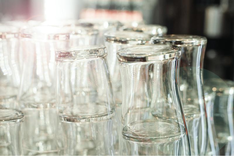 Vidros de cerveja limpos vazios da barra no contador da barra fotografia de stock
