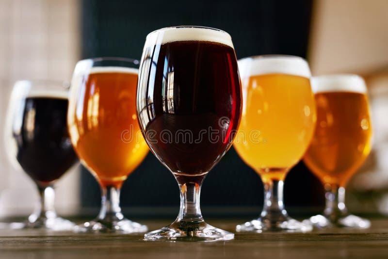 Vidros de cerveja no close up de madeira da tabela imagens de stock royalty free