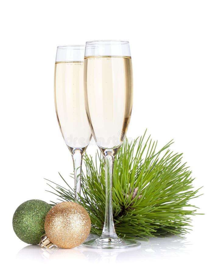 Vidros de Champagne, abeto e decoração do Natal imagens de stock royalty free