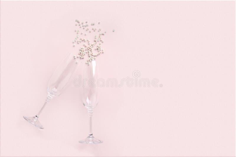 Vidros de Champagne com as pérolas brancas dispersadas no fundo cor-de-rosa Comemore o conceito do partido, estilo m?nimo Cart?o  imagens de stock royalty free