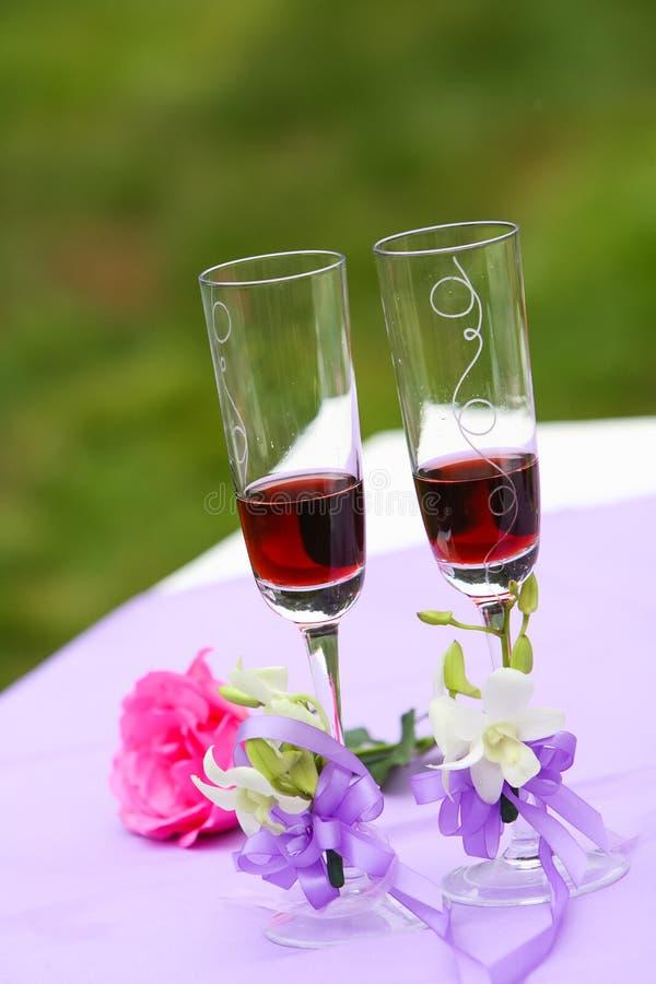 Vidros de Champagne do casamento imagens de stock royalty free