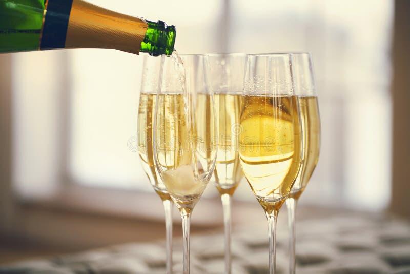 Vidros de Champagne e garrafa do champanhe Conceito do partido imagem de stock royalty free
