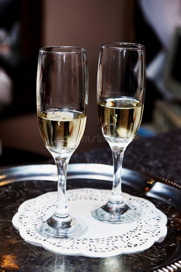 Vidros de Champagne em uma bandeja fotografia de stock royalty free