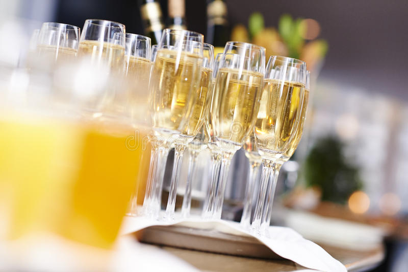 Vidros de Champagne na bandeja foto de stock royalty free