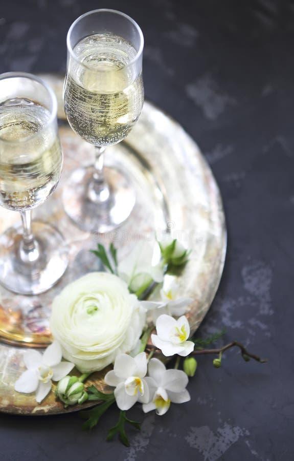 Vidros de Champagne na bandeja de prata Celebração do partido e do feriado fotografia de stock