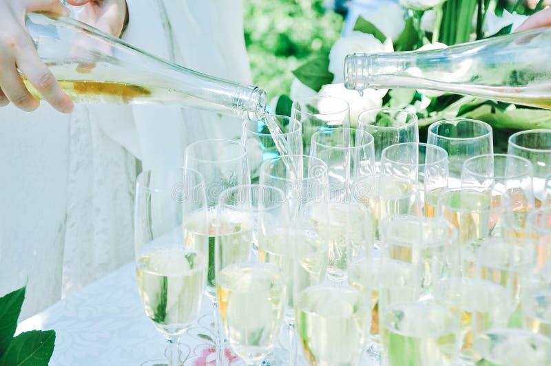 Vidros de Champagne na fileira em um partido exterior fotos de stock