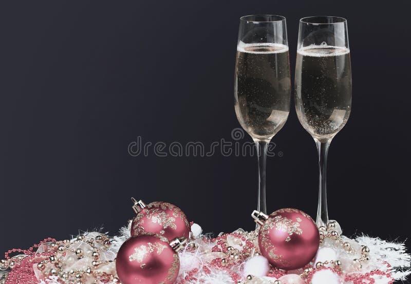Vidros de Champagne na tabela da celebração Fundo preto foto de stock royalty free