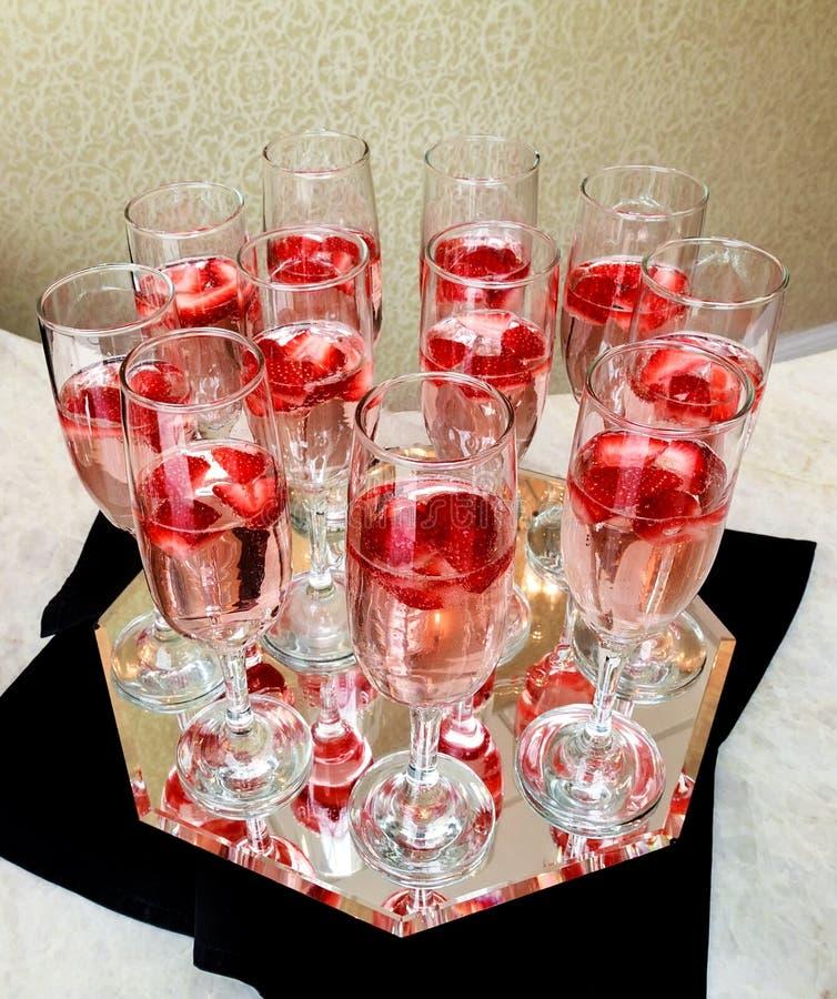 Vidros de Champagne no fundo do ouro Conceito da celebração do partido e do feriado imagens de stock