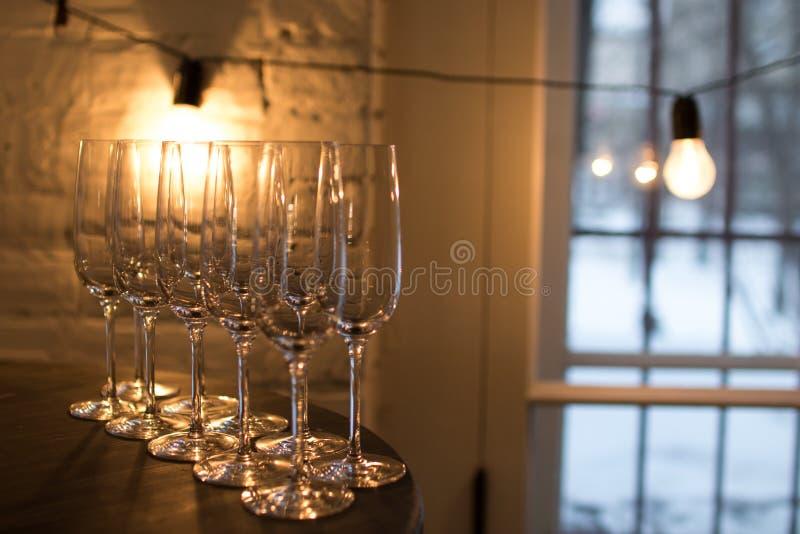 Vidros de Champagne no fundo do ouro Conceito da celebração do partido e do feriado fotos de stock