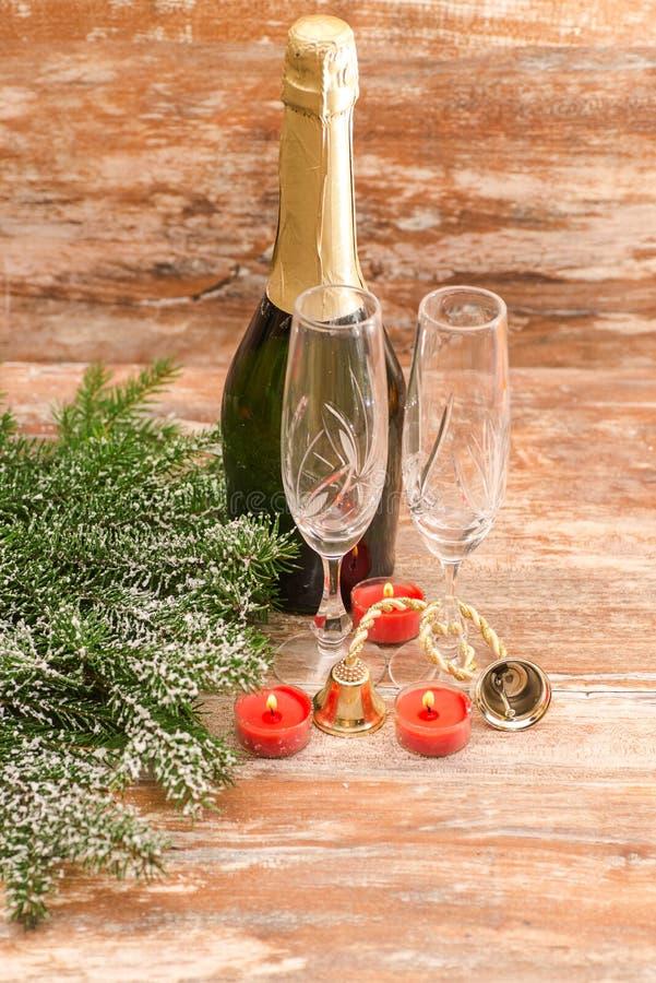 Vidros de Champagne prontos para trazer no ano novo fotografia de stock
