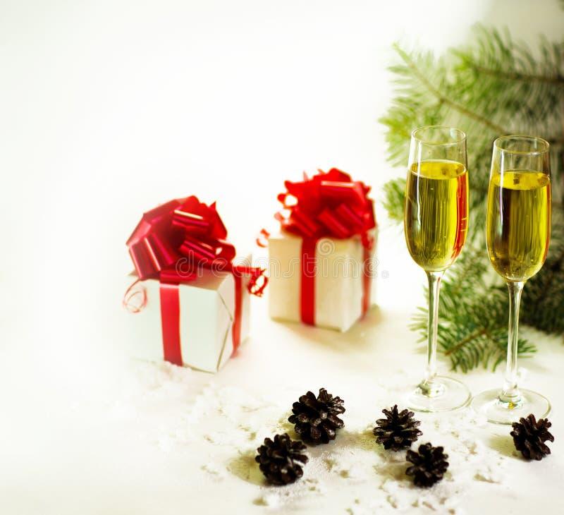 Vidros de Champagne prontos para trazer no ano novo imagens de stock