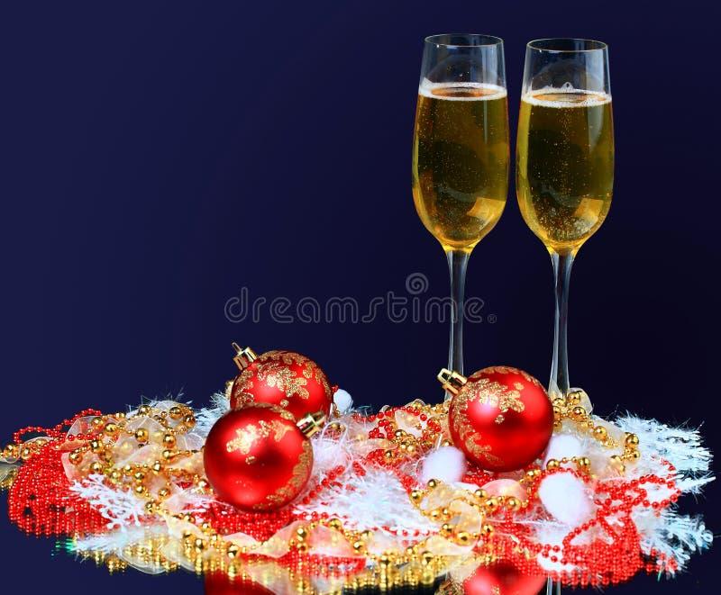 Vidros de Champagne sobre imagens de stock royalty free