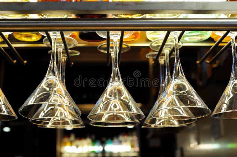 Vidros de cocktail que penduram acima da barra fotografia de stock royalty free