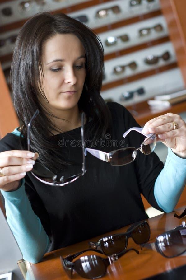 Vidros de compra da mulher fotos de stock royalty free