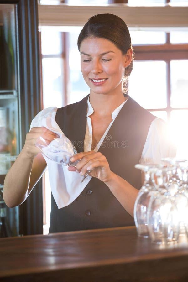 Vidros de limpeza da empregada de mesa foto de stock