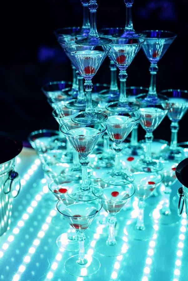 Vidros de Martini doce com cereja em um aperitivo fotos de stock royalty free