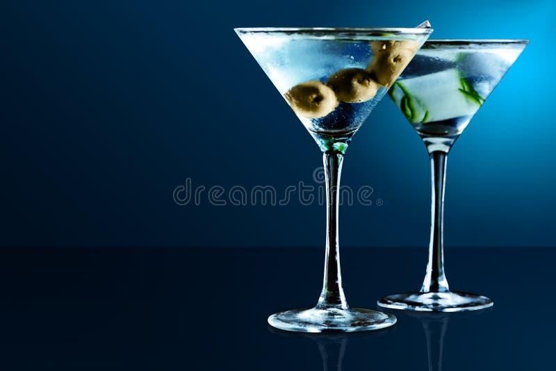 Vidros de Martini no fundo azul imagem de stock royalty free