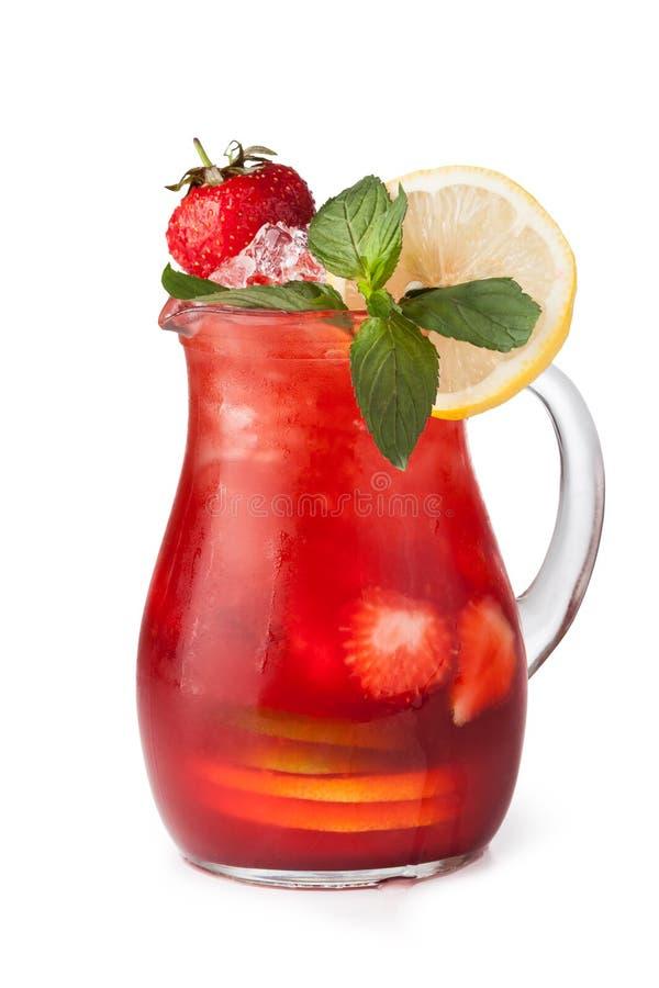 Vidros de sucos de fruta com cubos de gelo foto de stock