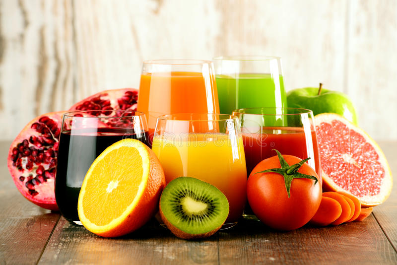 Vidros de sucos orgânicos frescos do vegetal e de fruto imagem de stock royalty free