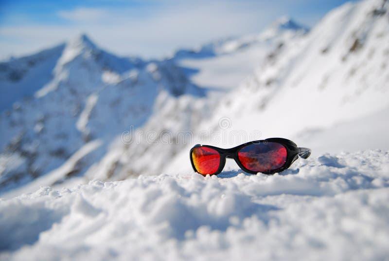 Vidros de Sun na neve em montanhas do inverno, fotografia do esporte fotografia de stock royalty free