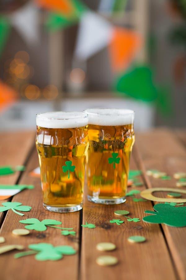 Vidros de suportes do partido do dia dos patricks da cerveja e do st fotos de stock